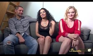 Sophie et Samira se font un plan &agrave_ trois entre blonde et beurette